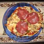 Pfannenpizza mit Salami und Oliven
